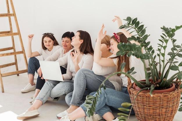 階段と植物を持つ女性の団結グループ