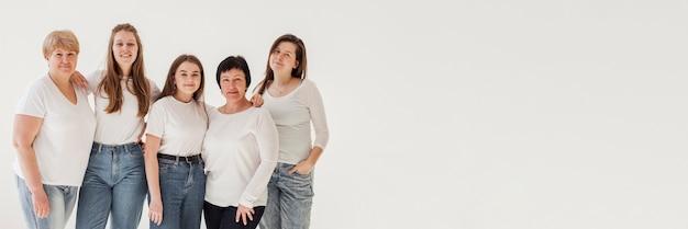 Группа единения женщин с белой копией пространства