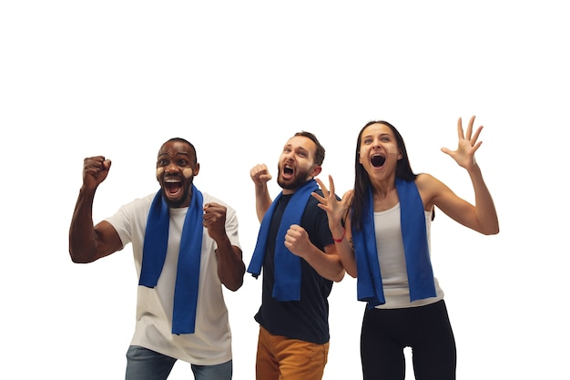 공생. 흰색 배경에 고립 된 밝은 감정 좋아하는 팀을 응원하는 다민족 축구 팬.