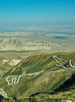 キルギスタン西部のジャララバード地域のトグストロ峠地区