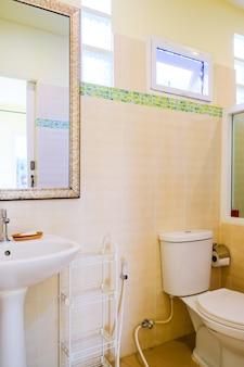 モダンなバスルームの便座、水洗トイレの清潔なバスルーム