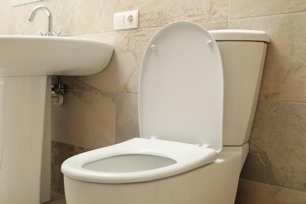 Унитаз в современной ванной в светло-бежевом цвете