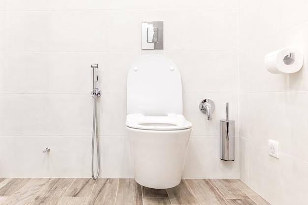 현대적인 욕실에 변기