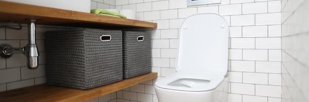 변기, 싱크대, 변기에 물건을 보관할 수있는 상자가있는 선반. 배관 설치, 수리 및 청소 개념.