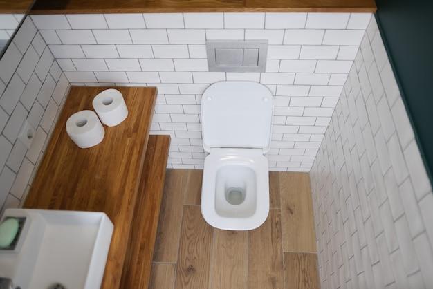 Стойка для унитаза в современной ванной комнате крупным планом