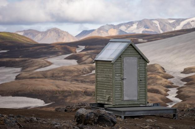 アイスランドの火山の斜面にあるキャンプのトイレ