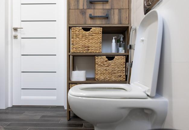 Туалет в интерьере минималистичной ванной комнаты.