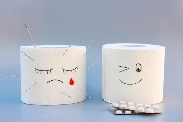 Туалетная бумага и таблетки. концепция лечения геморроя.