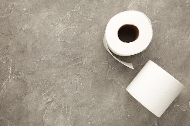 Туалетная бумага крупным планом на сером изолированном