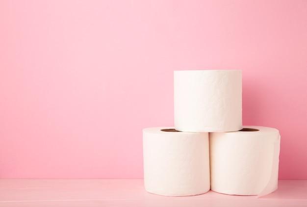 고립 된 분홍색에 화장지 클로즈업