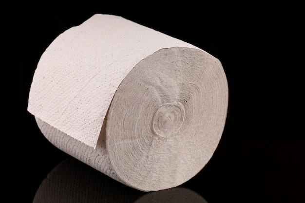Туалетная бумага на темной поверхности