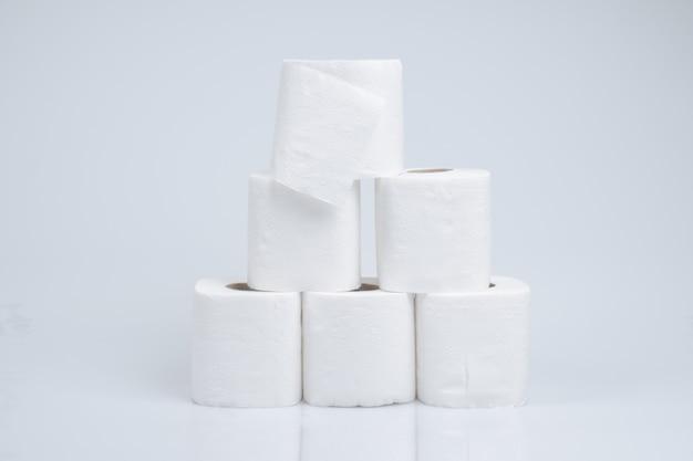 Рулон туалетной бумаги, изолированные на белой стене