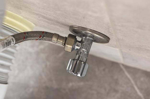 トイレ設備、パイプラインシステムの写真へのトイレパイプ修理コンセプトの背景のクローズアップ