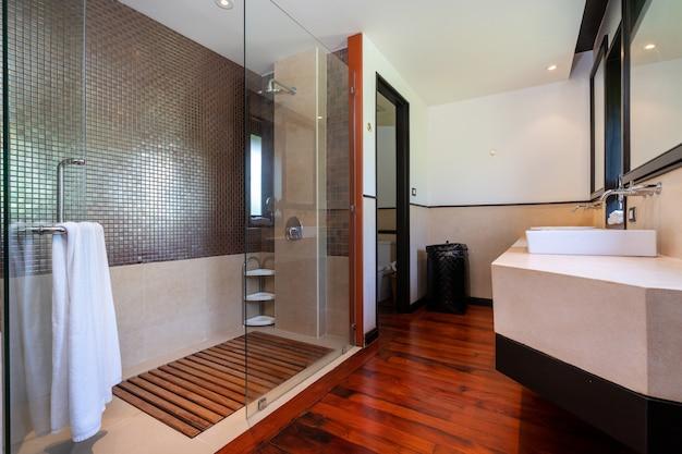 洗面所、浴槽と便器、バスルーム付きのトイレ