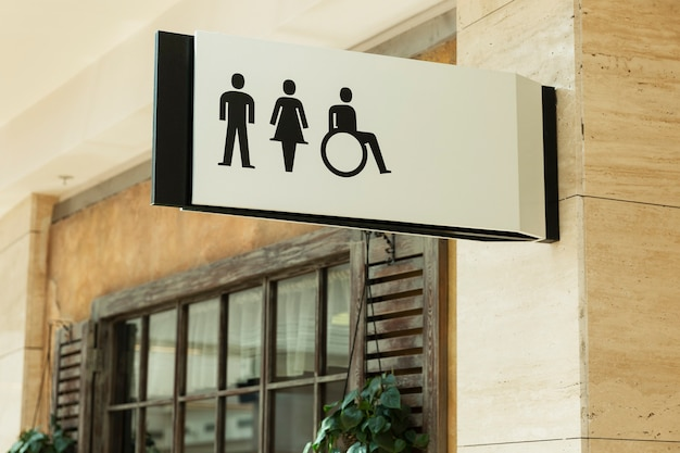 トイレの看板:男性、女性、ショッピングセンターの障害者。閉じる。