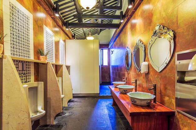 고전적인 장식 스타일의 화장실