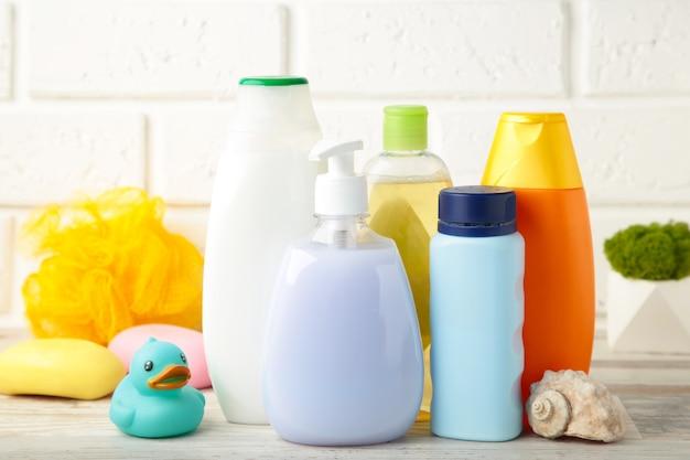 在轻的墙壁上的洗浴用品婴孩。婴儿淋浴凝胶。顶视图