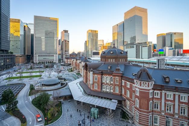 日本の東京駅を望む東京の街並