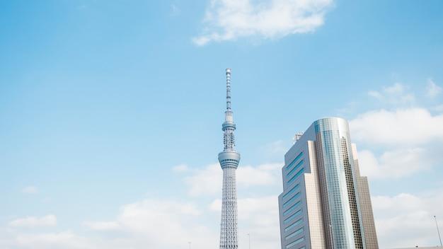 Токио, япония: 20 февраля 2018 года: токио скайтри белое голубое небо