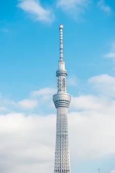 東京、日本:2018年2月20日:東京スカイツリー白青空