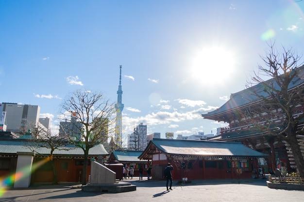 Токио, япония - 4 февраля 2019 г .: вид на храм сэнсодзи со стороны асакуса, самого высокого здания в японии, позволяет увидеть небесное дерево в токио.