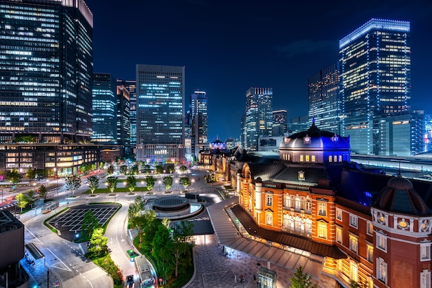Stazione ferroviaria di tokyo e edificio del quartiere degli affari di notte, giappone.