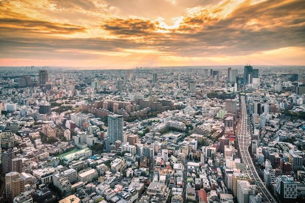 Горизонт токио и взгляд небоскребов на смотровой площадке на заходе солнца в японии.