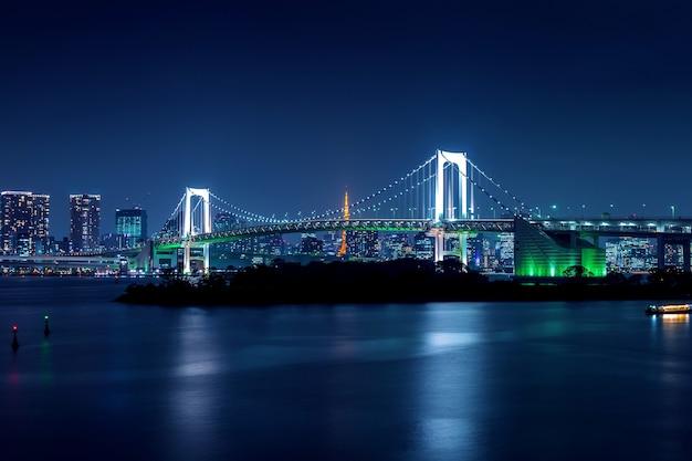 Горизонт токио с радужным мостом и башней токио. токио, япония.