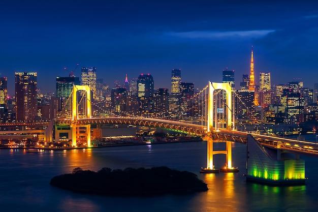 레인보우 브릿지와 도쿄 타워가있는 도쿄 스카이 라인. 도쿄, 일본.