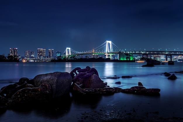 Skyline di tokyo con il rainbow bridge e la torre di tokyo. tokyo, giappone.