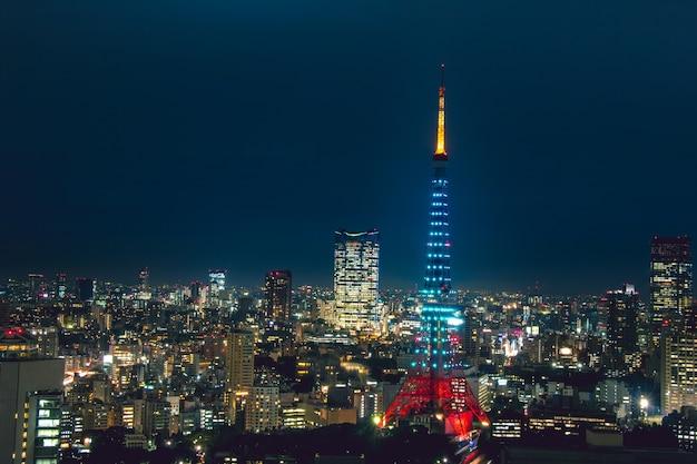 青い光の東京タワー東京の夜の光のダイヤモンドヴェイル。