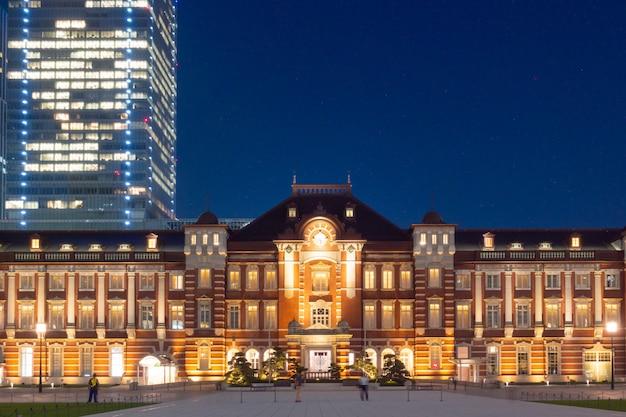 Железнодорожный вокзал токио в сумерках день.
