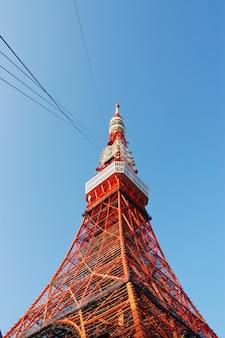 밝고 화창한 날에 도쿄 tv 타워