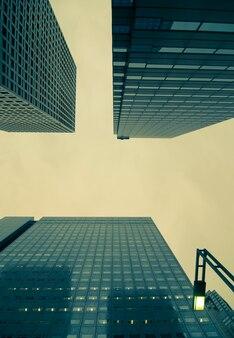 일본 신주쿠 지역의 거대한 고층 빌딩 사이 도쿄 황혼의 하늘 장면