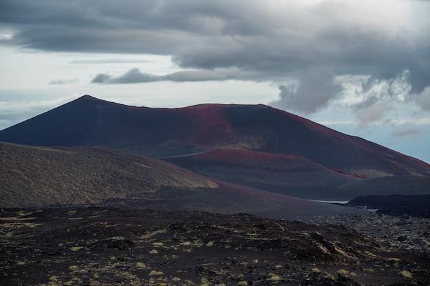 火山の斜面上の新しいクレーターからの活発な溶岩流tolbachik-カムチャツカ、ロシア