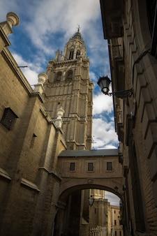 トレド大聖堂、晴れた日にエントランスアーチと街灯