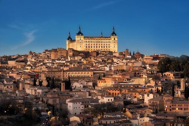 トレド、スペインの旧市街の街並みと夕暮れ時のアルカサル