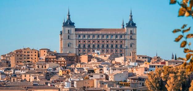 Толедо, испания. сумерки вид на древний город толедо в кастилии-ла-манча с санта-иглесиа катедраль и алькасар, достопримечательность испании.
