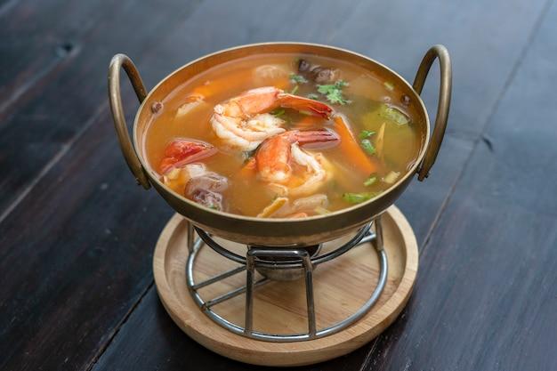 Том ям кунг или том ям, том ям - это пряный прозрачный суп с креветками, крупным планом. популярная еда в таиланде, тайская кухня