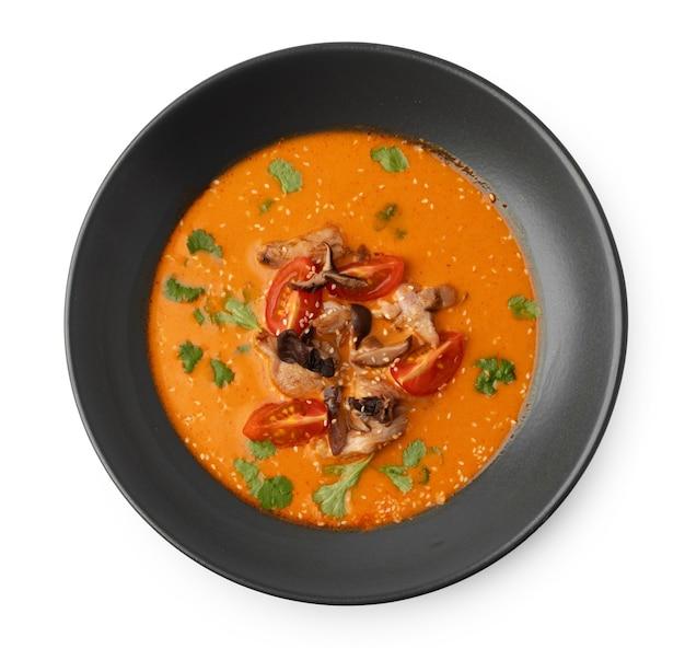 Тайский суп том ям, изолированные на белом фоне