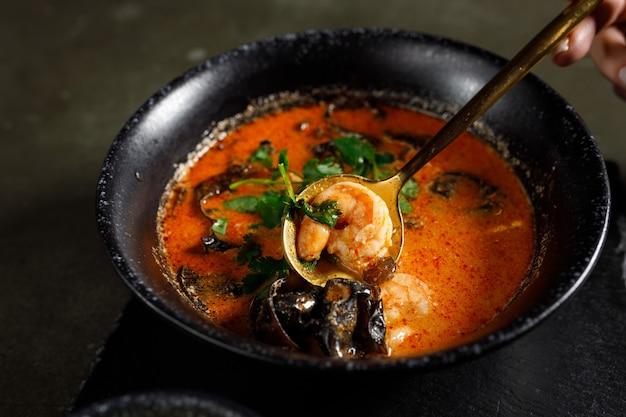 Том ям с лососем, креветками и древесными грибами