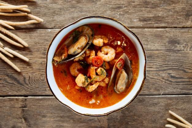 Взгляд сверху на азиатском тайском супе морепродуктов tom yam