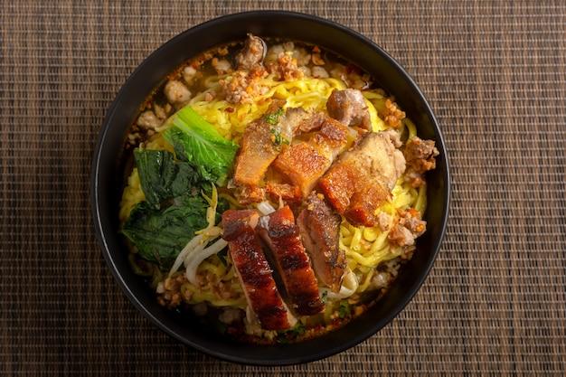 Острый суп с лапшой из свинины tom yam по тайскому рецепту.
