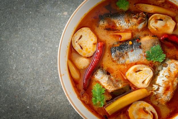 トムヤムクンのサバのスパイシーなスープ-アジア料理スタイル