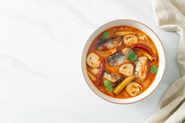 トムヤムクンのスパイシーなスープでサバの缶詰-アジア料理のスタイル