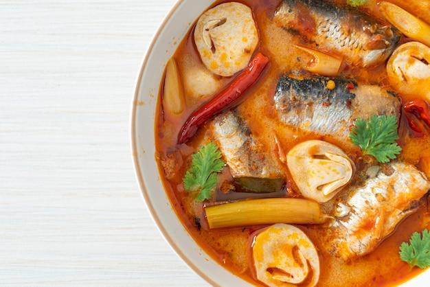 トムヤムクンのスパイシーなスープで鯖の缶詰-アジア料理のスタイル