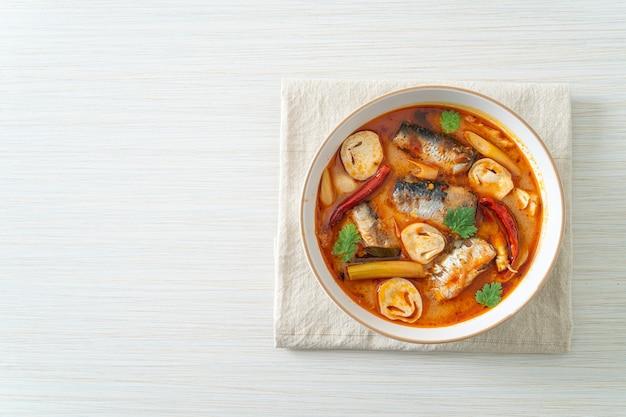 Консервированная скумбрия том ям в остром супе