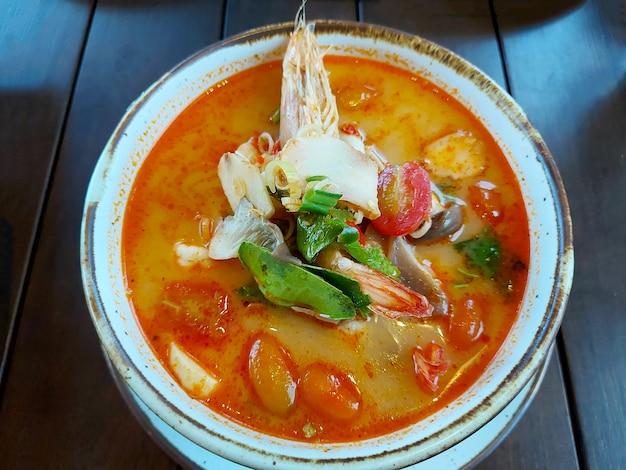 Tom yum kung은 간단하고 인기 있는 태국식 탕수육입니다.