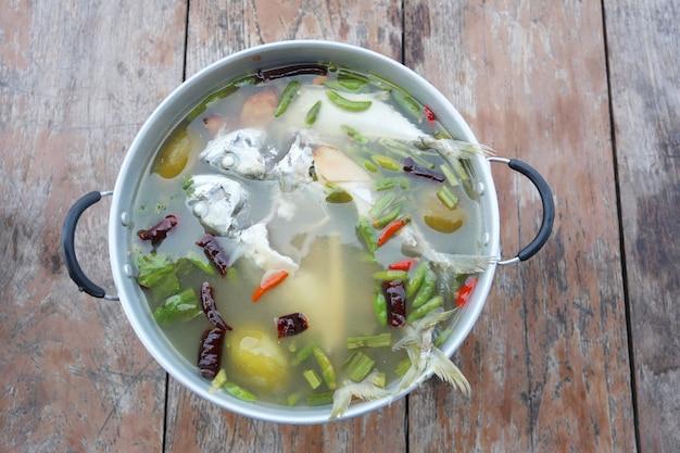 Скумбрия tom yum в горячем котле thai foods.