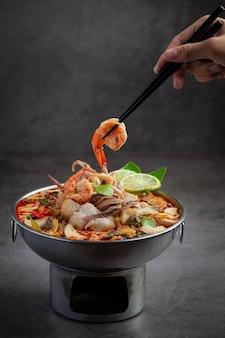 トムヤムクンの濃厚スープ鍋スパイシータイ料理のミックスシーフード。